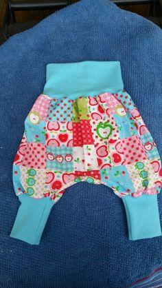 #Babypumphose mit süßem Apfelstoff und blauem Bündchen Schnittmuster: lybstes.de