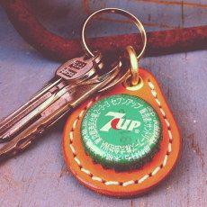 7UP(セブンアップ) - 1929年にアメリカで生まれたレモンライムソーダ。ビンテージ感の漂う素朴なデザイン。