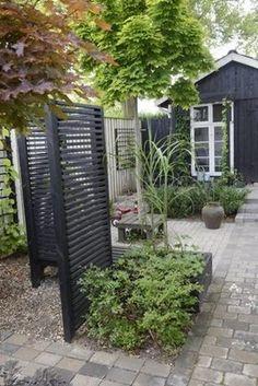 Snygg avskiljare i trädgården. Som spaljé eller bara för att den är snygg. Eller ger lite skydd. Svart plank. Gissar at...