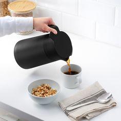 UNDERLÄTTA Isolierkanne schwarz Ikea, Tea Culture, Vacuum Flask, Herd, Perfect Cup, Tea Infuser, Powder Coating, Better Life, Packaging