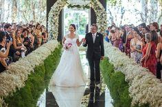 Radiante, Amanda caminha pela bela passadeira espelhada - Casamento Amanda Abreu e Noman Khan