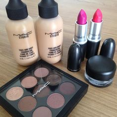 Paleta de sombras mac burgundy times nine, batons rosa, delineador preto e base face and body. Tudo Mac Cosmetics. Meus produtos de maquiagem
