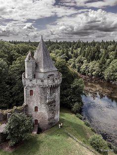 Old castle of Largoët in Brittany. Forteresse de Largoët à Elven dans le Morbihan.