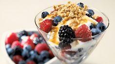 Yogourt croquant aux petits fruits   Recettes IGA   Déjeuner, Sirop d'érable, Recette rapide