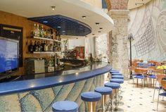 El Snack Bar es uno de los lugares más atractivos del renovado Hotel Telégrafo, al integrar los restos del antiguo patio colonial con el moderno diseño del lobby.