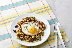 Low-Carb Eggplant Hash with Eggs — Vegetarian Recipe — Diet Doctor Ketogenic Diet Meal Plan, Diet Plan Menu, Diet Meal Plans, Lchf Diet, Keto Meal, Low Carb Recipes, Diet Recipes, Vegetarian Recipes, Healthy Recipes