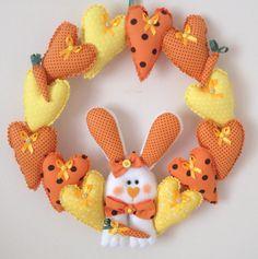 Espere o coelhinho com essa linda e animada Guirlanda de Páscoa! As cores podem ser padronizadas de acordo com a escolha do cliente! Crafts To Do, Felt Crafts, Spring Crafts, Holiday Crafts, Ester Crafts, Easter 2021, Easter Fabric, Rabbit Crafts, Easter Hunt