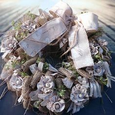 Říjen+Věneček+s+jutou,+látkovými+květy,+průměr+30+cm Christmas Wreaths, Holiday Decor, Diy, Natural, Home Decor, Jute, Manualidades, Nostalgia, Decoration Home