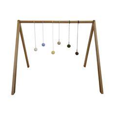Aktivitetsstativ til små børn i lyst bøgetræ. Designet er minimalistisk og enkelt. Du bestemmer selv ophænget som skal fange og stimulere dit barns bevægelser. http://littleroom.dk/produkt/aktivitetsstativ/