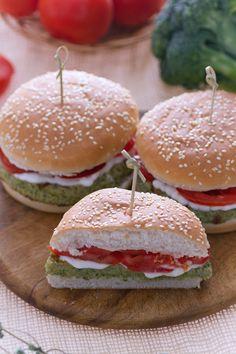 #Burger di broccoli: una versione #vegetariana e gustosissima del classico burger! (broccoli burger) #Giallozafferno #recipe #ricetta #hamburger