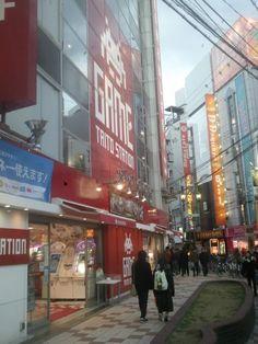 Edificio Taito Station en la entrada de Den Den Town, Osaka. Se trata de un enorme centro recreativo con varias plantas dedicadas a distintos tipos de videojuego.