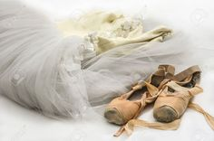 16417989-robe-de-ballet-et-une-vieille-paire-de-chaussures-de-pointe.jpg (1300×861)
