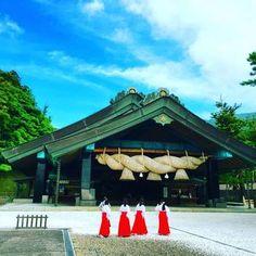 島根県出雲市にある神社「出雲大社」。縁結びの神様として全国的に有名な場所です。恋愛だけでなく友人や仕事関係などあらゆる良縁にご利益があると言われる島根県随一のパワースポットです。島根にきたら訪れたい場所です。