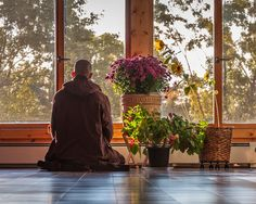 Before the sixth dharma talk of the 21-Day Retreat: The Path of the Buddha at Plum Village in June 2009, Thich Nhat Hanh offered this guided meditation. It is a 10-minute meditation, so please find…