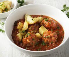Wie wordt er nu niet blij van lekkere gehaktballetjes? Ze komen  in een heerlijk smaakvolle tomatensaus met selder en lekker krokante  geroosterde aardappelen erbij. Een waar bordje comfort food om jong en  oud mee te plezieren. Laat het smaken! My Kitchen Rules, Tasty, Yummy Food, One Pan Meals, Budget Meals, Chana Masala, Foodies, Curry, Food Porn