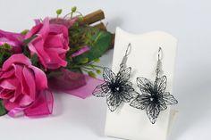 -  Der Klöppeldraht ist 0,2 mm dick und schwarz lackiert. -  Die kleinen Perlen in der Blütenmitte ist eine schwarze Glasperle.  -  Die Ohrhacken sind aus Edelstahl.  -  Meine Blüten sind 3,0 cm...