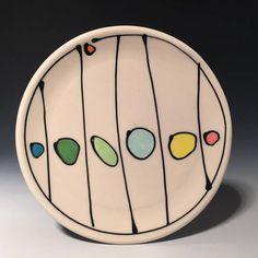 Repose-cuillère en céramique. .5 x 5.75 «x 5.75» Un repose-cuillère en porcelaine décorée avec des lignes noires audacieux et lumineux, des points colorés! C'est un must-have dans une cuisine pour la cuisson ou cuisson au four. Expédition internationale disponible. S'il vous plaît