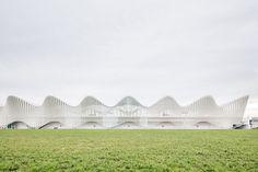 Altra vista esterna della stazione ferroviaria mediopadana dell'alta velocità, realizzata a Reggio Emilia dallo studio di architettura Calatrava. The Mediopadana railway station, built in Reggio Emilia and designed by Calatrava.