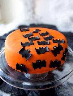 Lepakkokakku   Reseptit   Kinuskikissa Star Baker, Cheesecake, Cupcake Queen, Pumpkin Carving, Goodies, Birthday Parties, Pudding, Baking, Halloween