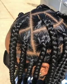 How to style the box braids? Tucked in a low or high ponytail, in a tight or blurry bun, or in a semi-tail, the box braids can be styled in many different ways. African American Braided Hairstyles, Braided Hairstyles For Black Women, African Braids Hairstyles, Girl Hairstyles, Big Box Braids Hairstyles, Box Braids Bun, Teenage Hairstyles, Short Braids, Fashion Hairstyles