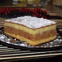 Prajitura cu mere pentru lenesi, este o reteta simpla pe care o puteti prepara ori de cate ori doriti ceva simplu si rapid. Preparare Prajitura cu mere Se b Romanian Desserts, Romanian Food, Romanian Recipes, Sweet Recipes, Cake Recipes, Macedonian Food, Homemade Sweets, Food Tags, No Cook Desserts