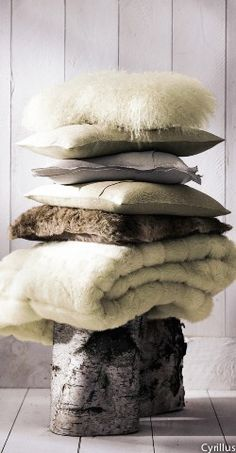 Ambiance cocooning. Cyrillus #cocooning #fall #wood #fur #plaid #cushion #interiordesign
