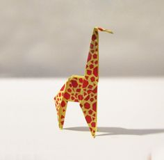 origami facile qui enchantera les enfants - figurine en forme de girafe en jaune et orange