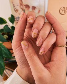 Kintsugi nails 🥣 the Japanese art of repairing broken pottery with gold. The … Kintsugi nails 🥣 the Japanese art of repairing broken pottery with gold. The repairs are visible and beautiful – bloomin gorgeous and… Minimalist Nails, Kintsugi, Nail Art Cute, Subtle Nail Art, Nagellack Trends, Japanese Nail Art, Prego, Art Japonais, Dream Nails