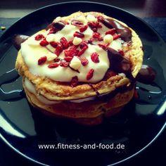 DIe Vanille-Kokos und Erdbeer Pancakes werden dich auf Wolke 7 befördern - so unglaublich gut, dass man davon gar nicht genug von bekommen kann.