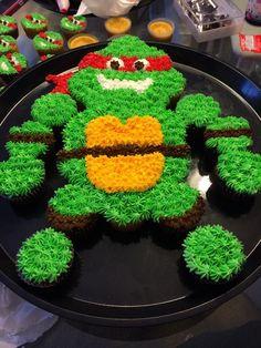 Teenage Mutant Ninja Turtle cake created with cupcakes Pull Apart Cupcake Cake, Pull Apart Cake, Cupcakes Flores, Rodjendanske Torte, Cupcakes Decorados, Cupcake Recipes, Cupcake Ideas, Specialty Cakes, Cute Cakes