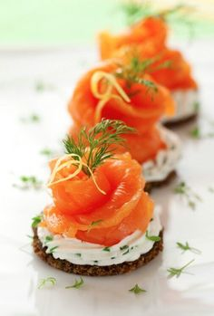 27 Mouth-Watering Winter Wedding Appetizers: crackers with cream cheese, dill, parsley and smoked salmon for a fresh and tasty snack Canapes Recipes, Salmon Recipes, Appetizer Recipes, Canapes Ideas, Seafood Appetizers, Cheese Appetizers, Recipes Dinner, Dessert Recipes, Smoked Salmon Canapes