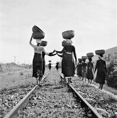 Werner Bischof.Ινδοκίνα,1952.Γυναίκες επιστρέφουν στο χωριό τους φορτωμένες
