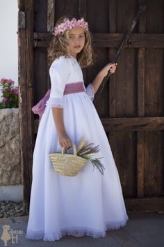 Vestido de Primera Comunión modelo Aldara, blanco y con cubrefalda de tul Baby Girl Dresses, Flower Girl Dresses, Communion Dresses, Bridal Updo, First Communion, Dress For You, Girl Hairstyles, Nice Dresses, Kids Outfits