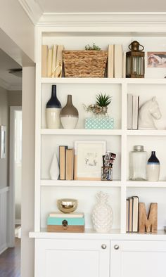 How to stay organized in a small home. Even if you don't have much room or storage, you can still keep your house organized and running smoothly! #smallhome #smallspaceliving