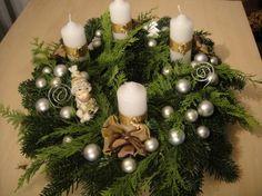 Így fog kinézni a kész koszorúnk, lássunk is neki! Lapozz tovább a fázisokért! All Things Christmas, Christmas 2017, Christmas Time, Christmas Crafts, Christmas Ornaments, Xmas Wreaths, Door Wreaths, Advent Wreaths, Christmas Tree Inspiration
