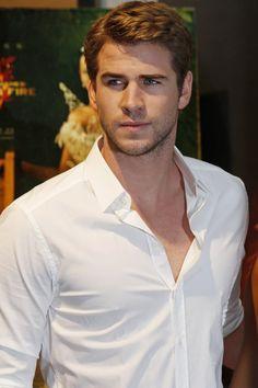 Liam Hemsworth mirando hacia un lado