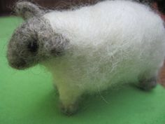 """Cute, simple needle-felted sheep (tutorial by Laura's """"Rules""""). Sheep Crafts, Felt Crafts, Needle Felted Animals, Felt Animals, Diy Craft Projects, Sewing Projects, Craft Ideas, Diy Waldorf Toys, Needle Felting Tutorials"""