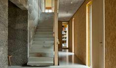Ein Hybridbau aus unbewehrten Stampfbetonwänden und Kreuzlagenholzplatten. Staatspreis für Architektur und Nachhaltigkeit 2017 Stairs, Home Decor, Solar Power Station, Sustainability, Culture, Architecture, Projects, Stairway, Staircases