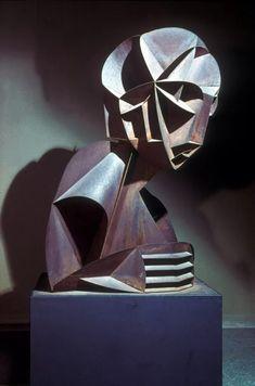 Габо - Наум Борисович Певзнер (1890-1977)—русский и американский художник, авангардист, конструктивист и один из пионеров кинетического искусства. Родился в Брянске, получил образование в Томске и Курске, а в 1910–1914 годах изучал медицину, естественные науки и инженерное дело в Мюнхене. Там же он посещал лекции Генриха Вельфлина по истории искусства.