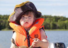 Eine richtige Piratin auf einem der vielen Seen. Alle Infos zum Familotel Borchard's Rookhus gibt es hier: http://kinderhotel.info/kinderhotel/familotel-borchard-s-rookhus