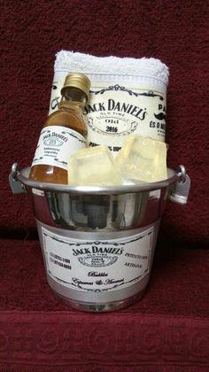 Kit sabonete líquido, sabonete, balde de gelo e toalha.