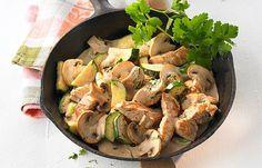 Putenpfanne mit Zucchini und Champignons - Abendessen ohne Kohlenhydrate: einfache Rezepte - Zutaten für 4 Portionen: - 400 g Putenkeule, ausgelöst, ohne Haut - 1 mittelgroße Zwiebel - 350 g weiße Champignons - 300 g Zucchini - 2 EL Rapsöl - 100 ml Sahne - Salz und Pfeffer > zum Rezept Bild...