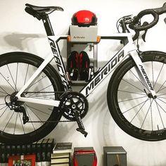 Je racefiets en fietsspullen ophangen aan de muur zoals Angel Fiets Ophangsysteem BikeDock #fietsophangsysteem #fietsophangen #racefiets #ophangen #muur #fietsmuurbeugel #fietsophangbeugel #wielrennen #wielersport #interieur #design #wonen #inspiratie #bikestorage #interiordesign #decor #bikedock #rapha #design #productdesign #fixie #triathlon #instacycle #instabike #instacycling #baaw #stravacycling #meridabike #meridabikes #urban