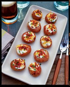Mini Loaded Red Potatoes- ah-ha! What to do with all those red potatoes! I Love Food, Good Food, Yummy Food, Vegetarian Recipes, Cooking Recipes, Healthy Recipes, Vegetarian Times, Vegetarian Bacon, Fingers Food