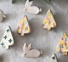 オーブン粘土をつかった陶土のブローチです。とても素朴で愛らしい風合いになりました。一個ずつナイフで切りだして成型しています。小振りで使いやすいウサギのブローチです。写真はサンプルとなります。ニュアンスが一個ずつ異なりますので、ご了承ください。------... Porcelain Clay, Ceramic Clay, Ceramic Pottery, Ceramic Jewelry, Polymer Clay Jewelry, Clay Crafts, Diy Clay, Mixed Media Jewelry, Diy Pins