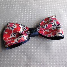 Le nœud-papillon est un accessoire très tendance. Dans ce tutoriel je partage ma façon faire : un joli tissu liberty et 2 rubans de satin assortis.
