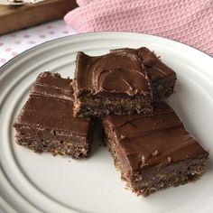 Easy Weetbix Slice - Classic Kiwi recipe by VJ cooks 1 minute VIDEO Chocolate Weetbix Slice, Raw Chocolate, Chocolate Recipes, Delicious Chocolate, Chocolate Traybake, Chocolate Flapjacks, Easy To Cook Meals, Quick Easy Meals, Baking Tins