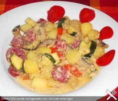 Karfoffel-Gemüsepfanne mit Milch und Eiern: 3  Schalotte(n) 1 kg Kartoffel(n), gekocht, in Würfel geschnitten 1  Zucchini (oder mehr) 1  Paprika, rote (oder mehr) 150 g Champignons (oder mehr) 2  Ei(er) 100 ml Milch 100 ml Sahne   Kräuter, italienische   Salz und Pfeffer aus der Mühle   Paprikapulver