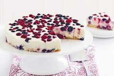 Dessert Recipes: The home of delicious dessert recipes invites you to try White chocolate and berry cheesecake recipe. Enjoy quick & easy d. Köstliche Desserts, Healthy Desserts, Delicious Desserts, Dessert Recipes, Best Christmas Recipes, Christmas Desserts, Christmas Cakes, Christmas Lunch, Christmas Cooking