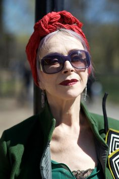ADVANCED STYLE: Beatrix Ost in Central Park. effortlessly cool and beautiful. Aging does not mean you can't have style. Grunge Goth, Hipster Grunge, Beautiful Old Woman, Beautiful People, 50 Y Fabuloso, Style Funky, Street Style Vintage, Mature Fashion, Advanced Style